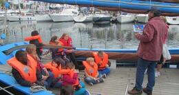 photo diaporama sport solitaire du figaro à deauville: les moussaillons débarquent au village