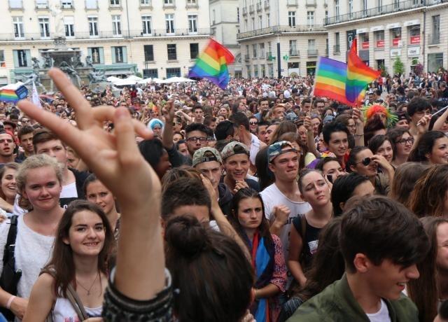 Hervorragend Cet après-midi à Nantes: Des milliers de participants à la Gay  YF11
