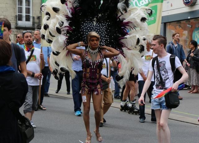 Relativ Cet après-midi à Nantes: Des milliers de participants à la Gay  IR33