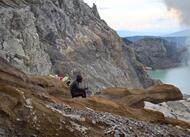 indonésie. sur le volcan ijen, les forçats du soufre