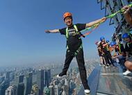 a 340 mètres du sol, des chinois se baladent au bord des gratte-ciels