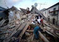 en images. séisme en italie: dégâts et désolation dans le centre du pays