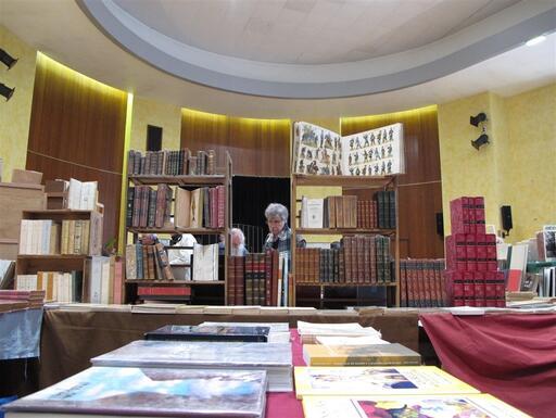 Des milliers de livres. Sur les colonies, mais pas exclusivement.
