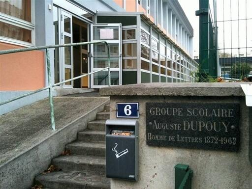 A Brest, l'école devant laquelle l'homme avait été pris en chasse par des parents. Ouest-France.