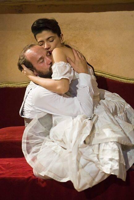 Anthéa Sogno dans les bras de Sacha Petronijevic, ou Juliette dans les bras de Victor. Sébastien Lecouster.