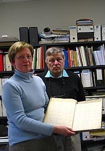 photo pascale bréemersch et bernard ghienne montrent le registre recensant les noms des réfugiés conservé aux archives municipales. © la voix du nord