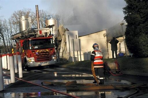 Ce lundi matin, vers 11h, de la fumée continue de se dégager du local incendié à l'usine Cristal-Roc.
