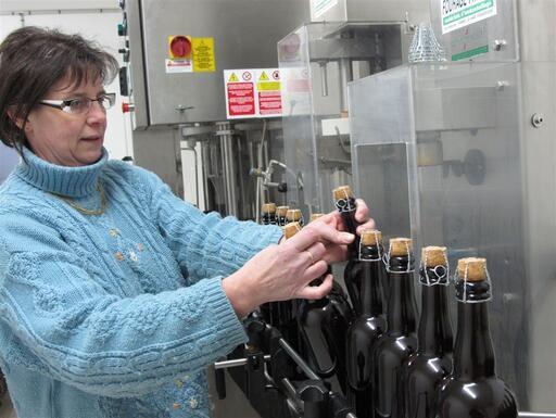 Isabelle Thiery à l'embouteillage des 900premières bouteilles.