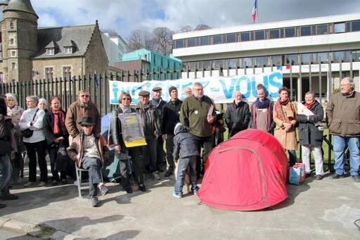 Les associations qui soutiennent Eric Deschamp, du réseau Education Sans Frontières, ont planté leur tente à côté de la sienne, devant la préfecture.