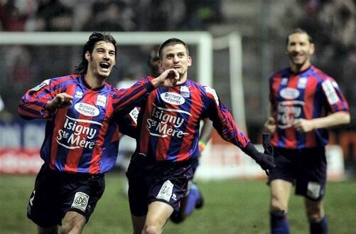 7 mars 2005. Buteur contre Lyon, félicité par Seube, Sébastien Mazure et les Caennais avaient été relégués en Ligue 2 au terme de cette saison-là, avec 42 points. L'ancien goleador est inquiet pour ses anciens partenaires à cinq journées de la fin.