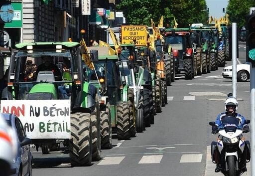Les trois convois de tracteurs sont en centre-ville de Nantes. Ouest France - Franck Dubray.