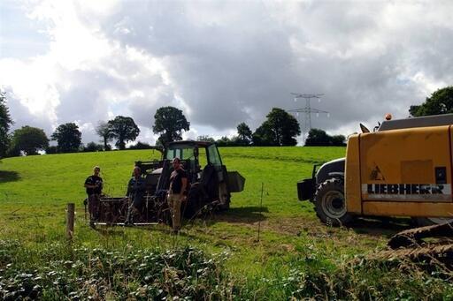 L'agriculteur Yves Larsonneur a bloqué l'entrée de son terrain toute la matinée. En arrière-plan: le pylône 226.