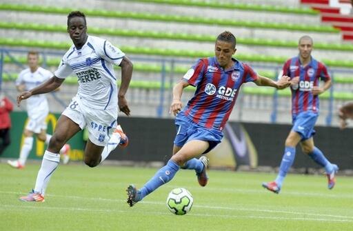 Fayçal Fajr, ici pressé par Soualiho Meïté, et les Caennais ont livré une prestation très intéressante pour leur première à d'Ornano, conclue par une victoire probante face à un autre relégué de Ligue 1.