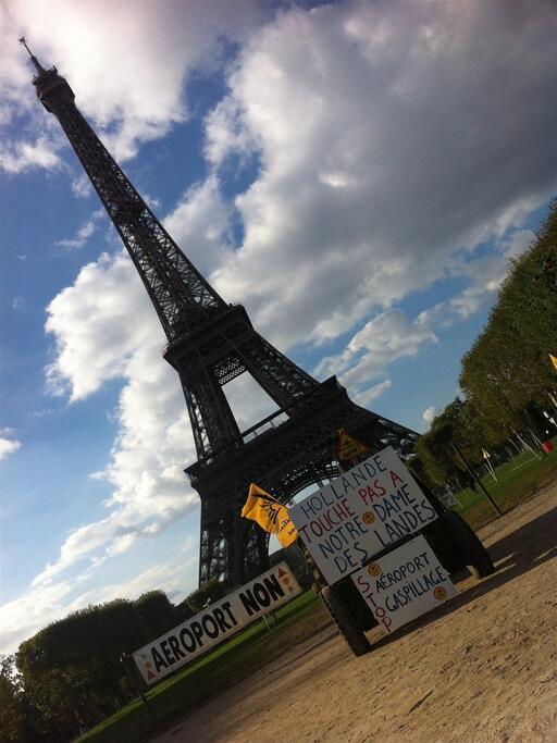 Tracteurs et banderoles à Paris contre le projet d'aéroport. DR