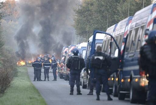 Une route en feu entre Pâquelais et Le Sabot. Photo Ouest-France/Franck Dubray