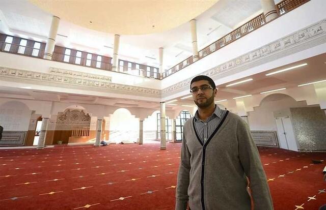 photo l'imam belgacem bensaïd, au centre de la salle de prière.
