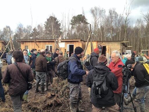 Les paysans sont nombreux à se ralayer  pour occuper une clairière située sur le site du futur aéroport de Notre-Dame-des-Landes. C'est là qu'ont été construites des maisons en bois qui accueillent les occupants de la zone. Les paysans socialistes redoutent une «fracture» entre le PS et la gauche paysanne.