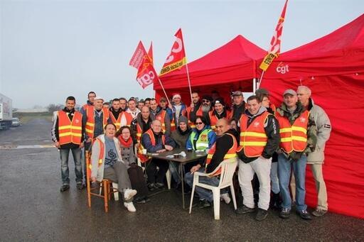 Les salariés grévistes tiennent un piquet de grève devant l'entrepôt de Gaël.