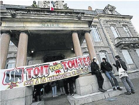 Hier, ils étaient une cinquantaine, membres du collectif un Toit pour toutes et tous, à l'intérieur de la mairie annexe « réquisitionnée ».