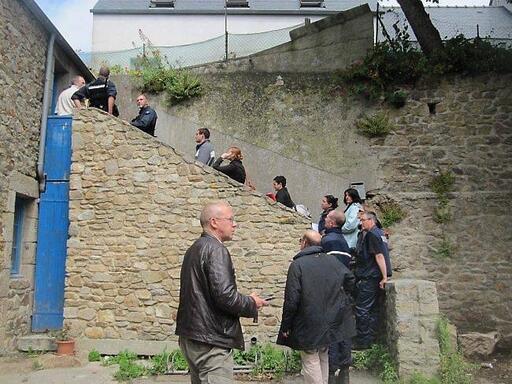 Enquêteurs, magistrats, avocats et accusés lors de la reconstitution en juin 2011 à Ouessant. Archives Ouest-France
