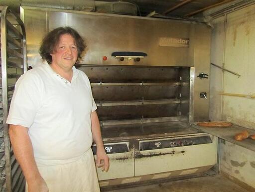 José Louiset est boulanger à Quimper depuis 15ans. Il ne jette plus aucun de ses invendus mais les donne à l'heure de la fermeture de sa boutique.