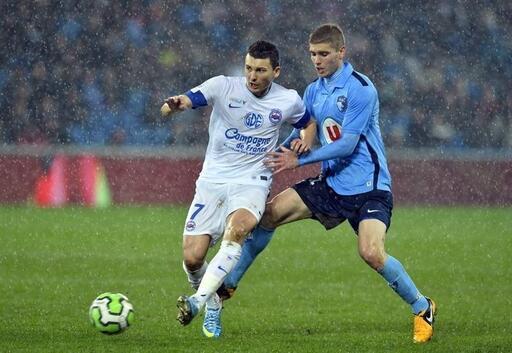 Mathieu Duhamel, ici face au Havrais Lemarchand, a marqué sur penalty son 10e but de la saison au stade Océane.