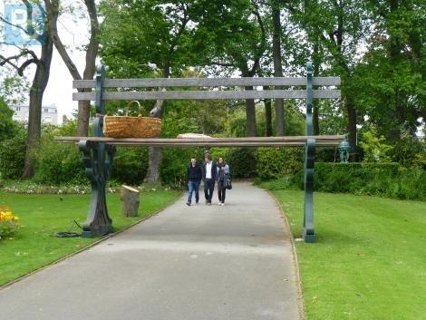 Nantes. Insolite : le banc d\'un géant au jardin des Plantes - Nantes ...