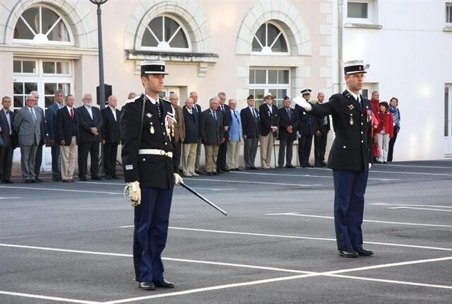 photo le commandant du groupement de gendarmerie du morbihan, sylvain laniel (à droite) a présenté aux gendarmes leur nouveau commandant.