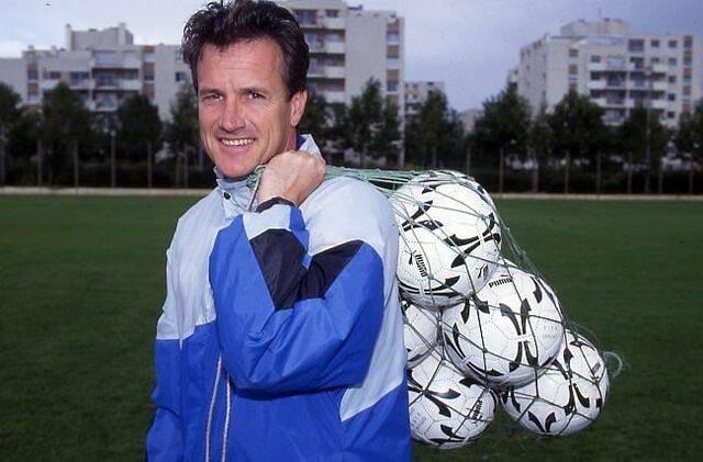 L'ancien attaquant international suisse Daniel Jeandupeux, 64 ans, fut sélectionneur de son pays avant de débarquer à Malherbe, entre 1989 et 1994. Il faut élu entraîneur français de l'année 1991, également directeur sportif du SMC entre 1997 et 2000.<br />