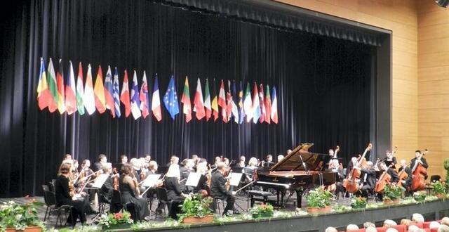 photo l'orchestre symphonique national de lituanie, pays qui présidait le concours, a accompagné les trois finalistes.