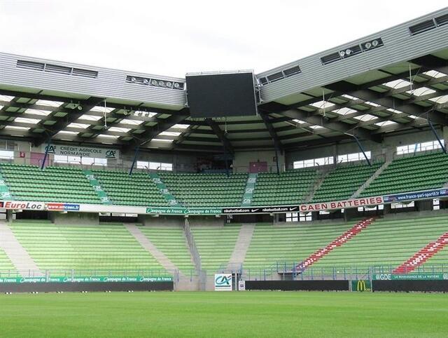 Les parties translucides du toit sont transpercées aux quatre coins du stade