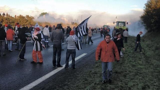 photo les forces de l'ordre ont répondu en lançant des grenades lacrymogènes. © crédit photo : ouest-france