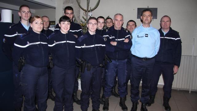 photo les gendarmes qui ont travaillé les 24 et 25décembre posent devant l'arbre de noël dans le bâtiment de la brigade place duguesclin. © jean-valéry héquette