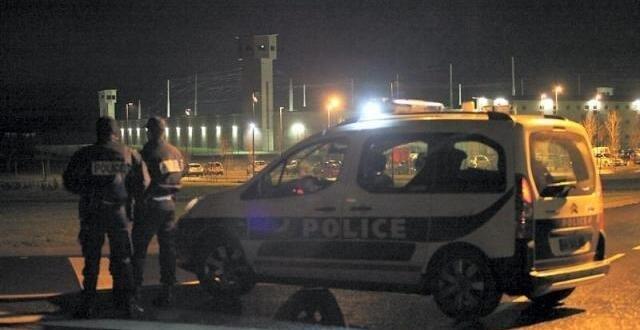 photo depuis 16 h 46, deux détenus de la maison centrale d'alençon - condé-sur-sarthe retiennent un surveillant en otage. armés de couteaux artisanaux, ils demandent à changer de prison.