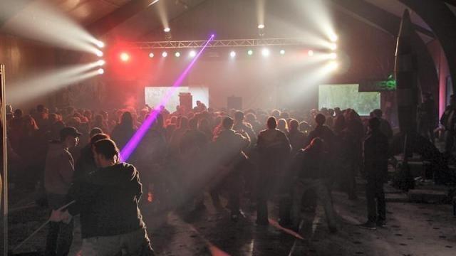 photo la rave party se déroule sous une halle. les 400 participants devraient quitter les lieux dans l'après-midi. © ouest-france.