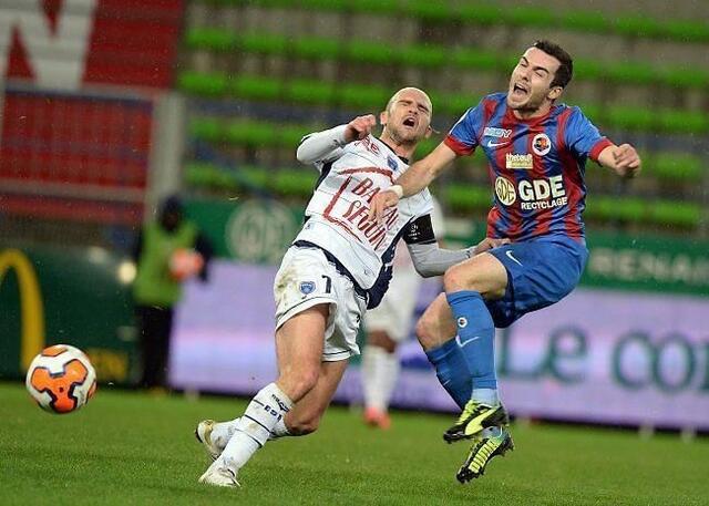 Aurélien Montaroup, ici au duel avec l'ancien Caennais de Troyes Benjamin Nivet, ne sait pas trop sur quel pied danser après le nul du SMC face à l'Estac.
