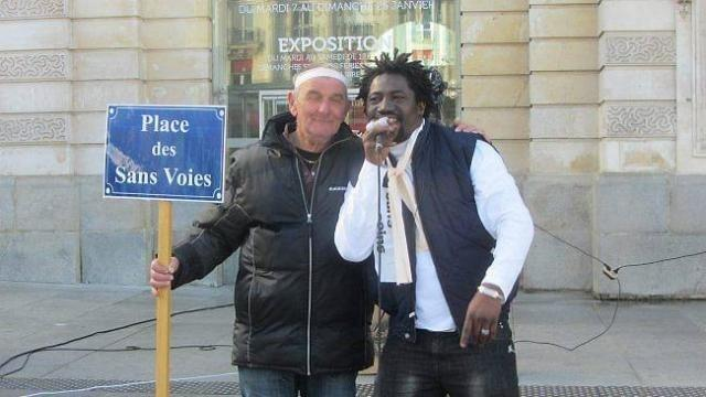 photo gérard, 63 ans, compagnon d'emmaüs, avec le chanteur guinéen abdul karim bangoura  accueilli à la communauté emmaüs de saint-jean-de-lignières.