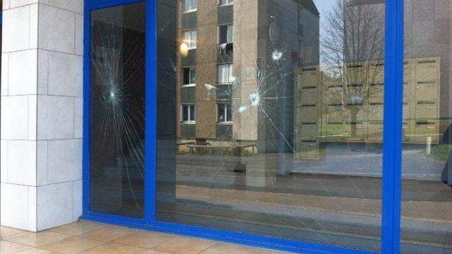 photo les vitres ont été brisées à coup de barres de fer. © ouest-france/manon loubet
