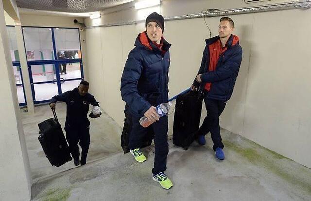 Jean Calvé et Damien Perquis quittent le stade d'Ornano sans avoir joué. Les Nîmois n'ayant pu arriver à l'heure pour le coup d'envoi, les Caennais pourraient remporter les trois points sur tapis vert