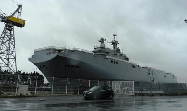 Le porte-hélicoptère de classe Mistral destiné à la marine russe a quitté hier son quai d'armement pour regagner la forme Joubert.  P0D2518593G_px_640_
