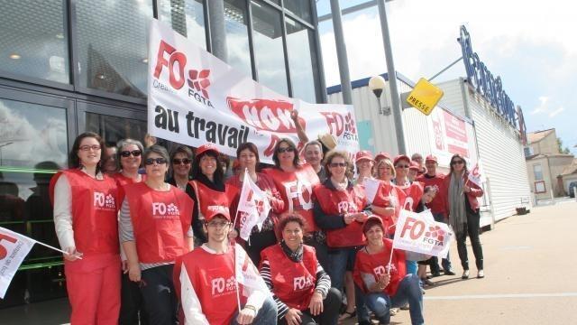 photo les salariés montrant leur mécontentement contre l'ouverture du dimanche au carrefour, route des sables. © loic tissot