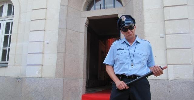 photo des comédiens en uniformes accueillent les invites