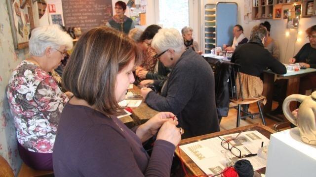 photo les cours de tricot font un petit tabac aux boréales. © ouest-france