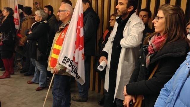 photo devant les élus de lorient agglomération, des agents hospitaliers ont protesté contre la baisse des moyens à charcot et à l'hôpital de port-louis-riantec. © ouest-france