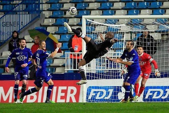 Les gestes acrobatiques de Privat n'ont pas suffi à Caen. C'est Bastia qui poursuit l'aventure.<br />