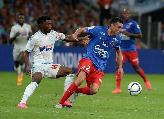 Julien Féret, qui prend ici le meilleur sur le Marseillais Nkoudou, et le Stade Malherbe ont lancé idéalement leur saison au Vélodrome.