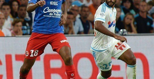 Jordan Adéoti, ici face au Marseillais Romao, samedi soir au Vélodrome, a démarré la saison titulaire en sentinelle.