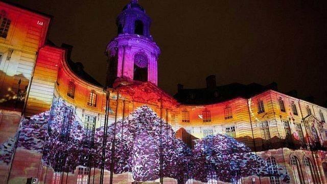 photo rennes. la société spectaculaires - les allumeurs d'images embrase la façade de la mairie pendant les fêtes de fin d'année. le 31 décembre, spectacle de funambule. © photo : philippe chérel / ouest-france.