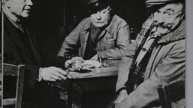 photo le redoutable trio de pépés fresnay-gabin-noël-noël, photographié par l'écrivain joseph rouillé, entre deux scènes de tournage. © dr
