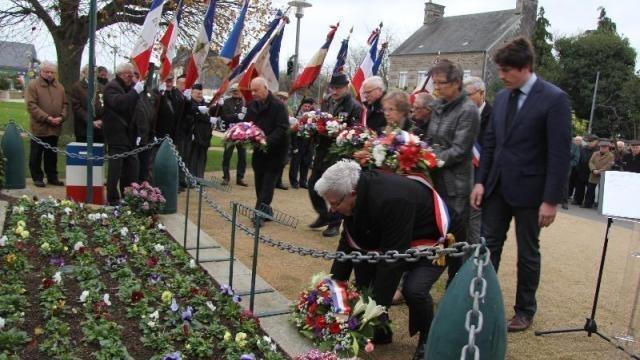 photo le dépôt des gerbes au pied du monument aux morts. © clémence holleville